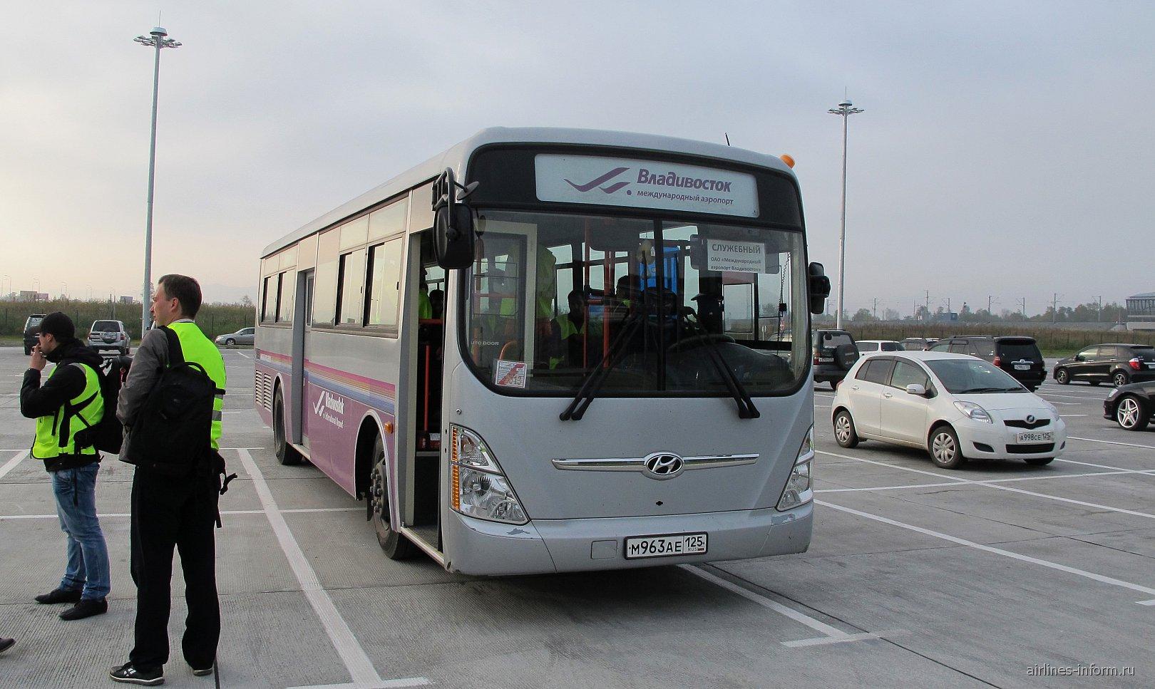 Автобус для перевозки пассажиров в аэропорту Владивостока