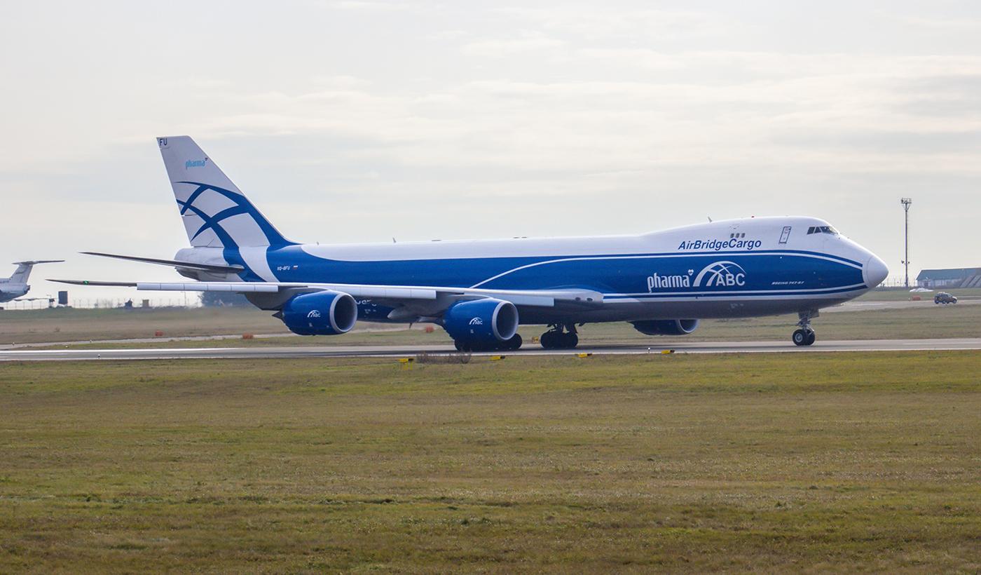 Грузовой авиалайнер Boeing 747-8F авиакомпании AirBridgeCargo в аэропорту Иркутска