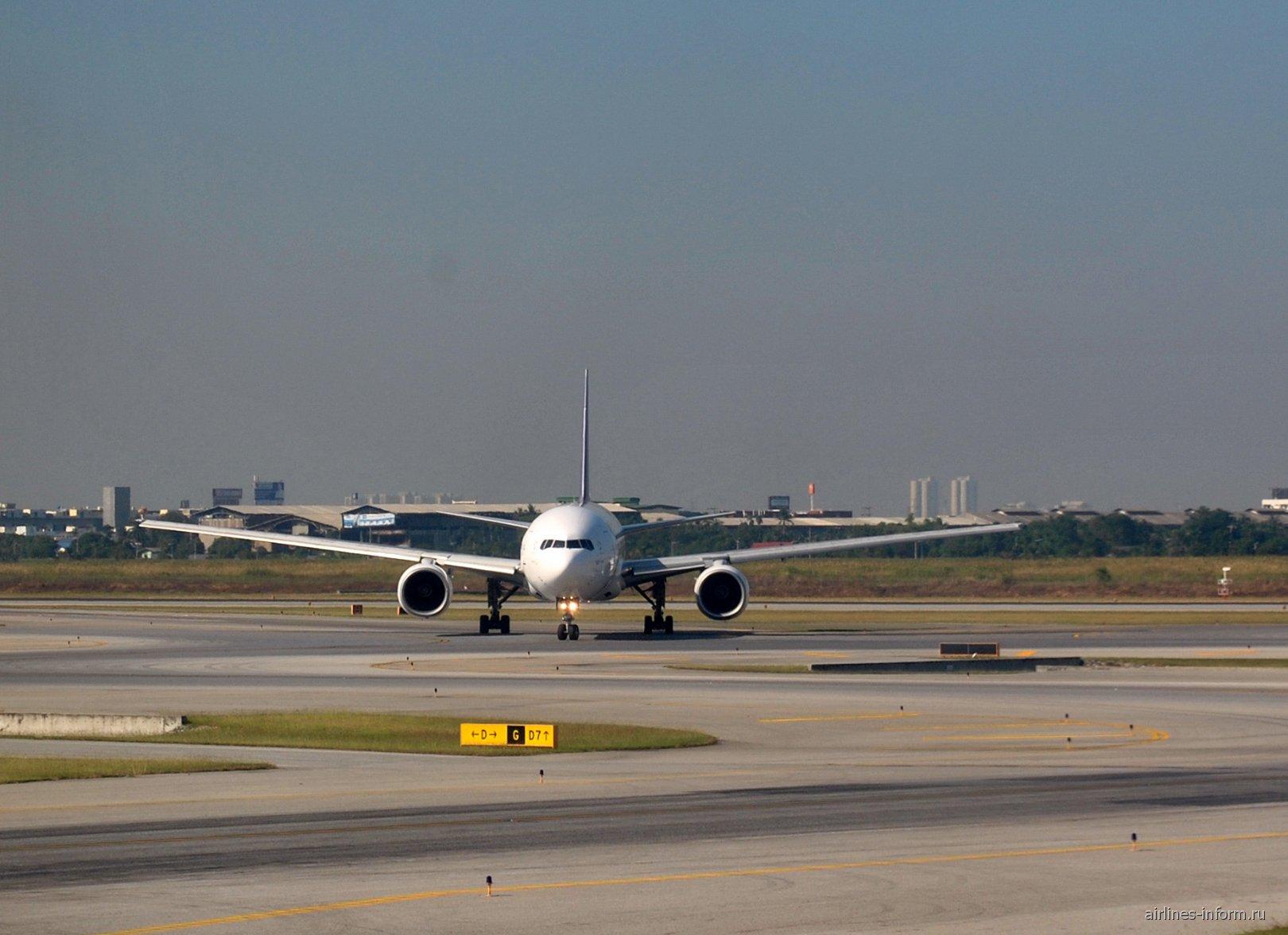 Боинг-777-200 Тайских авиалиний в аэропорту Бангкок Суварнабуми