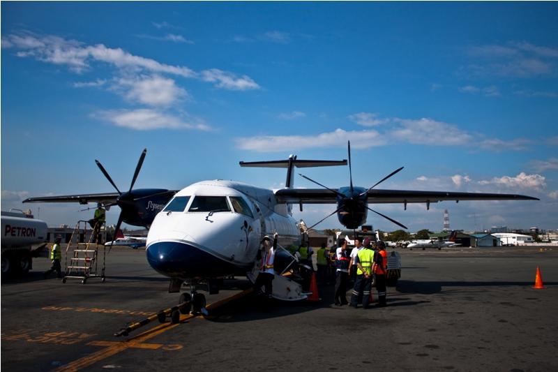 Самолет Dornier 328 в аэропорту Манилы