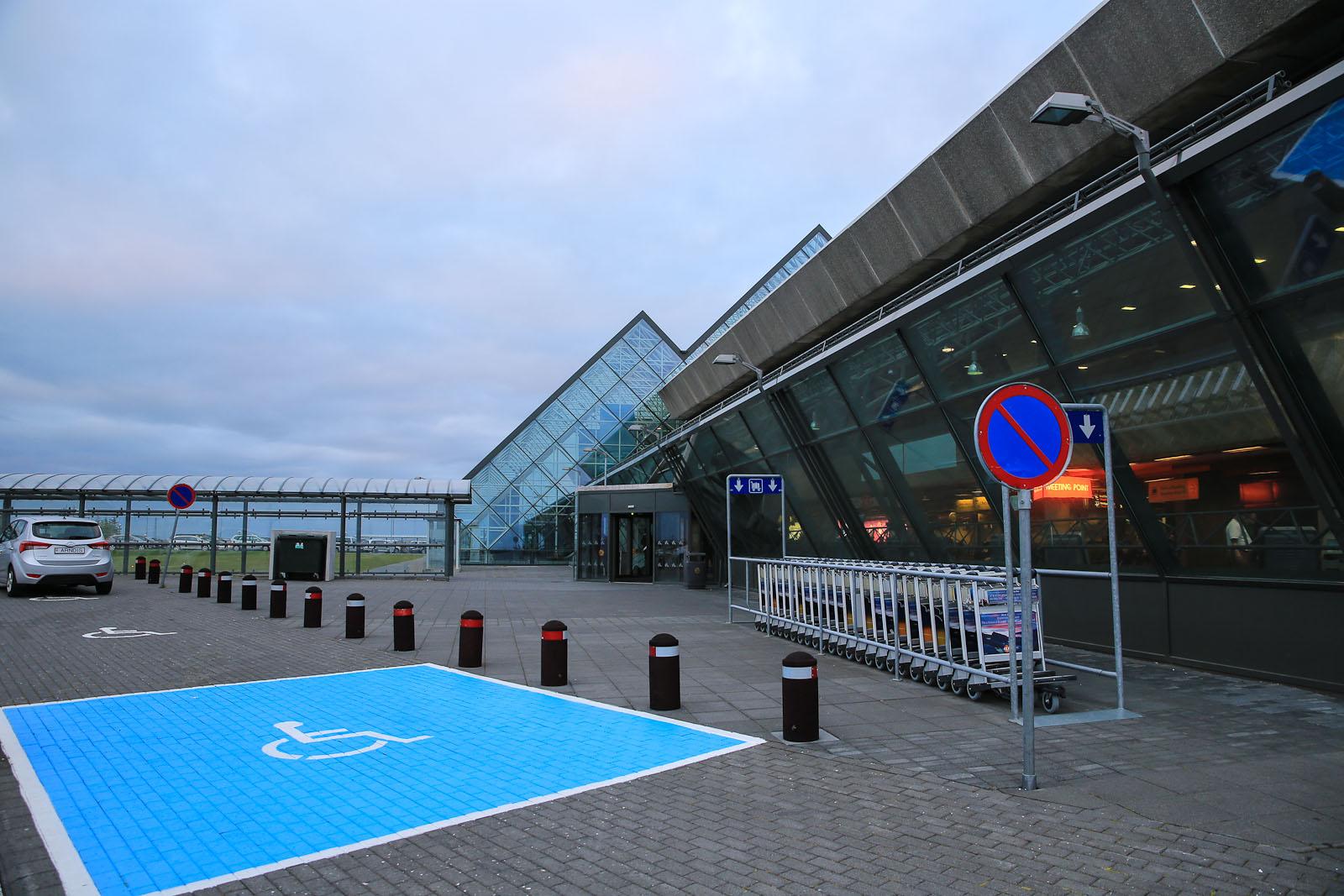 Вход в аэровокзал аэропорта Рейкьявик Кефлавик