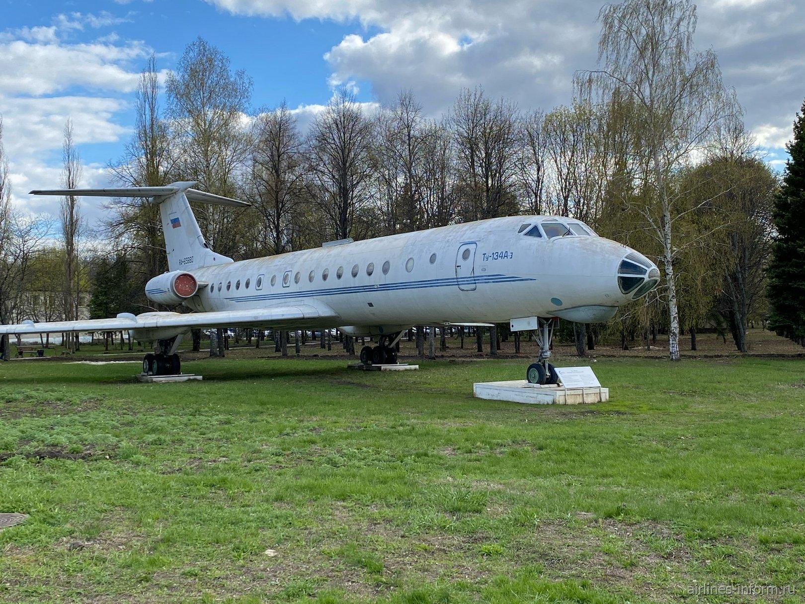 Самолет-памятник Ту-134А-3 в аэропорту Воронеж