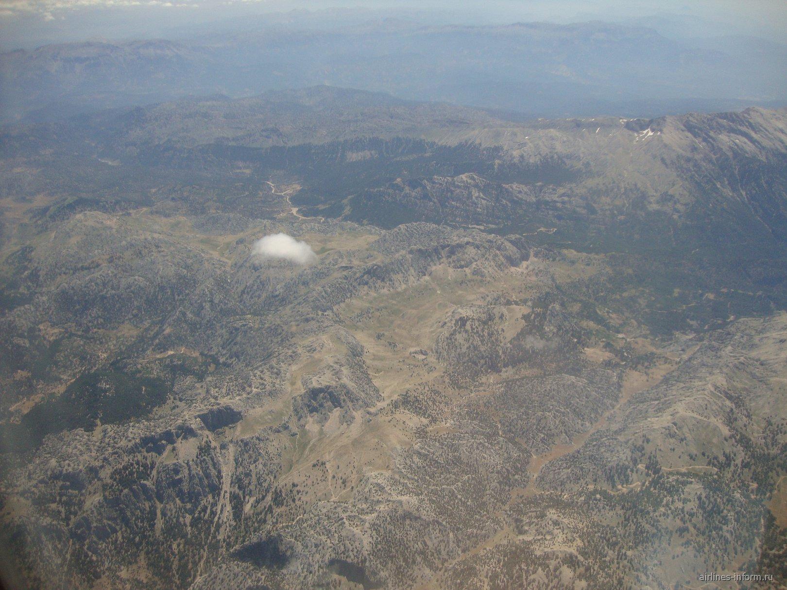 Над горами Турции после взлета из Антальи