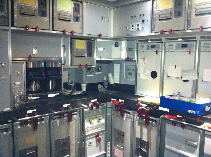 Кухня в самолете Боинг-787 авиакомпании ANA
