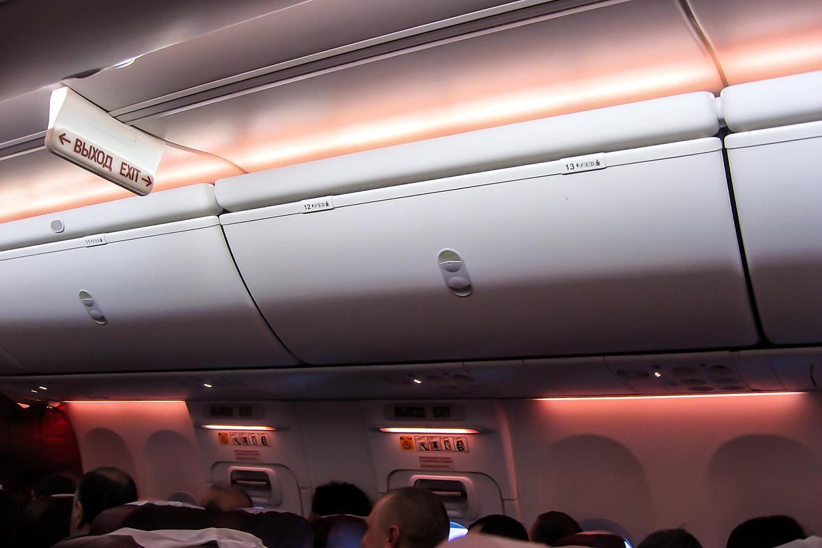 Багажные полки в самолете Боинг-737-800 авиакомпании ЮТэйр