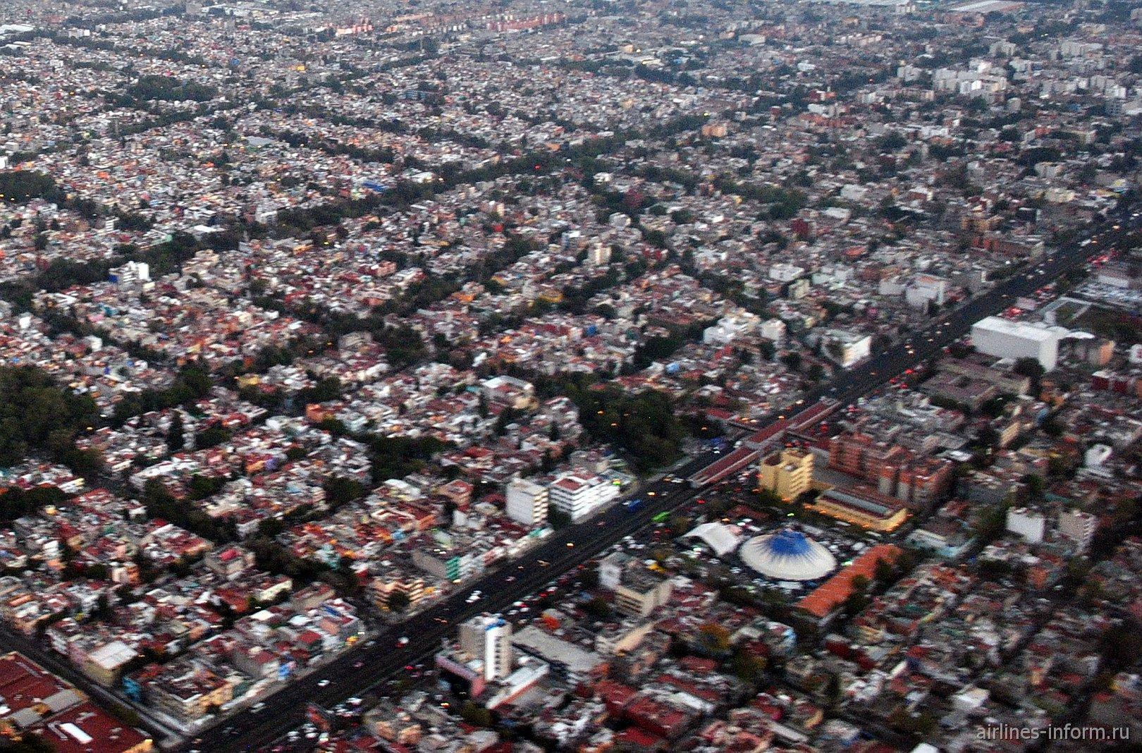 Цирк Circo Atayde Hermanos и станция метро Villa de Cortes в Мехико