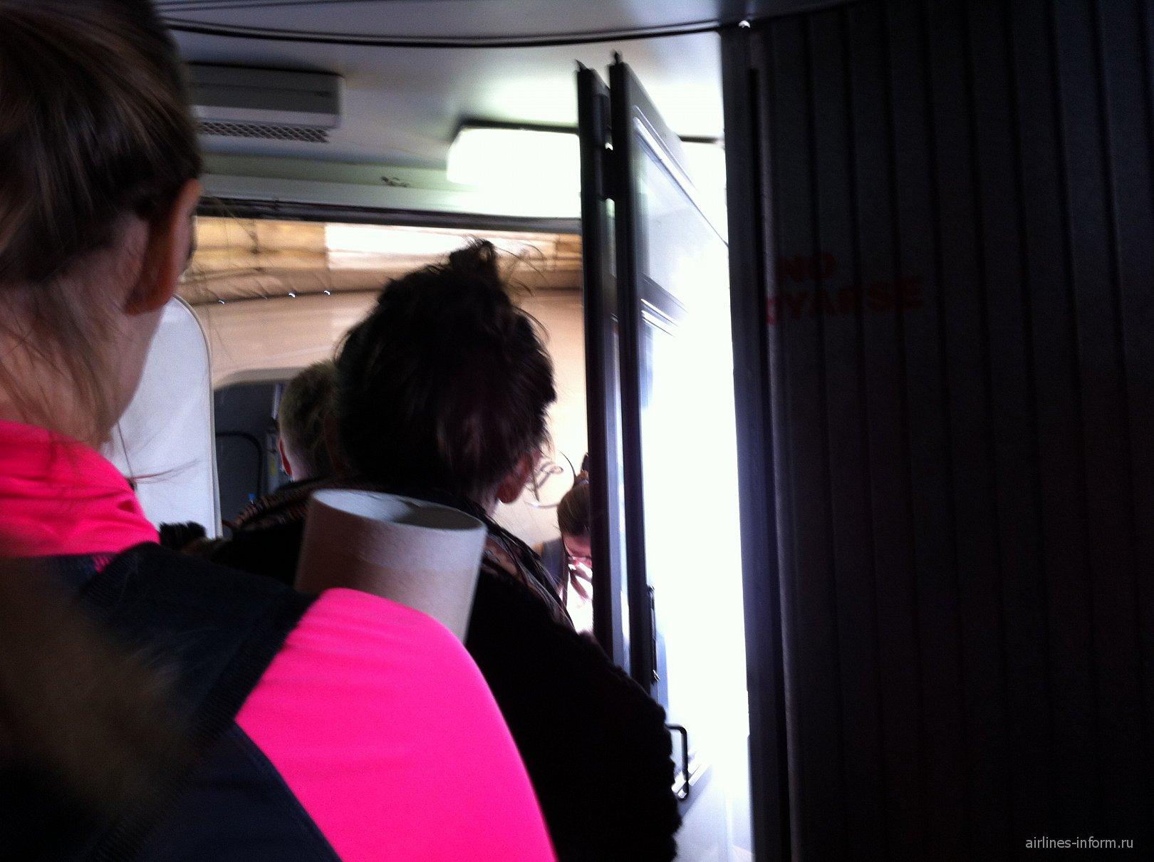 Перед входом в самолет