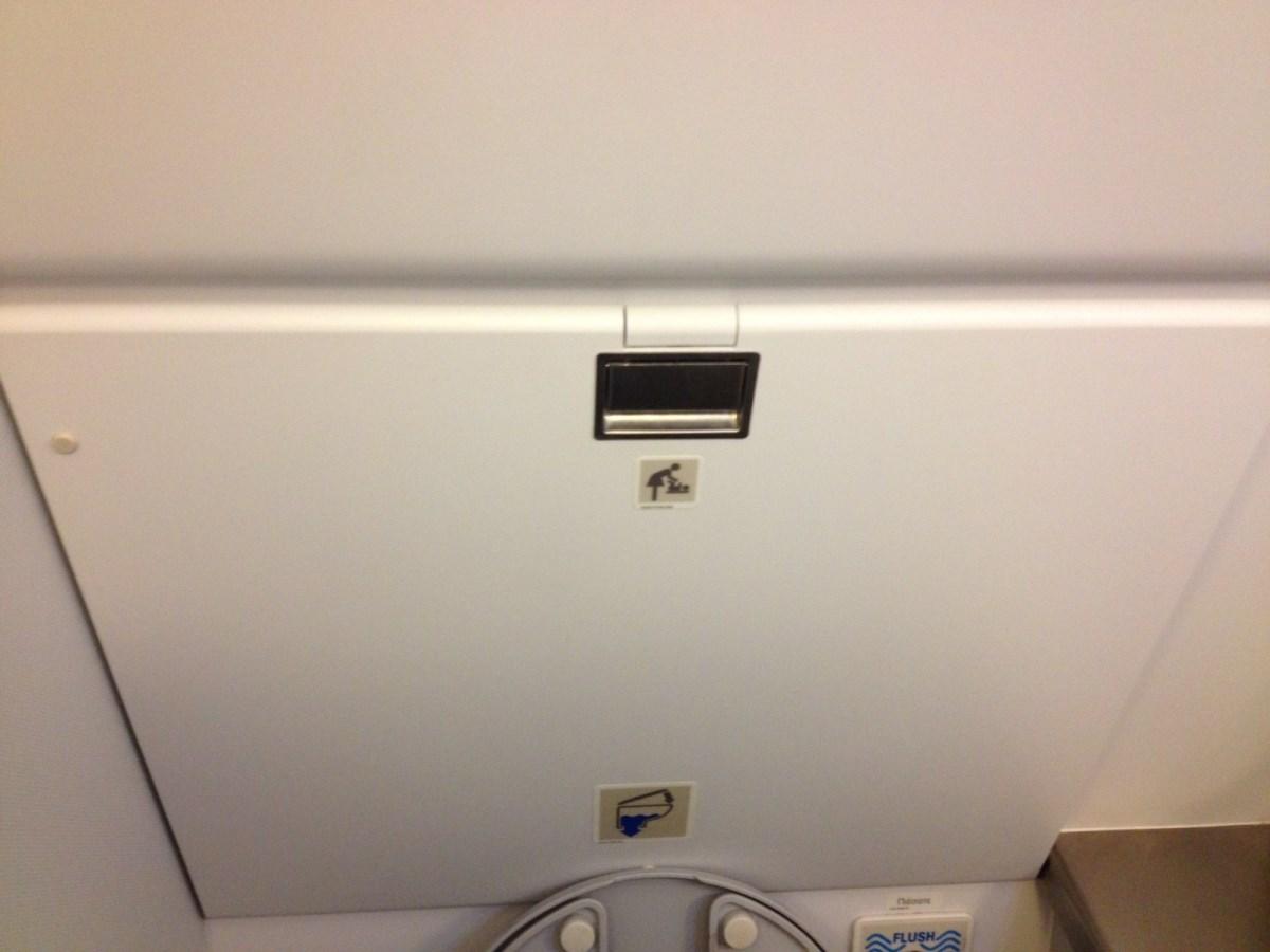 Туалет в самолете Airbus A320 Эгейских авиалиний