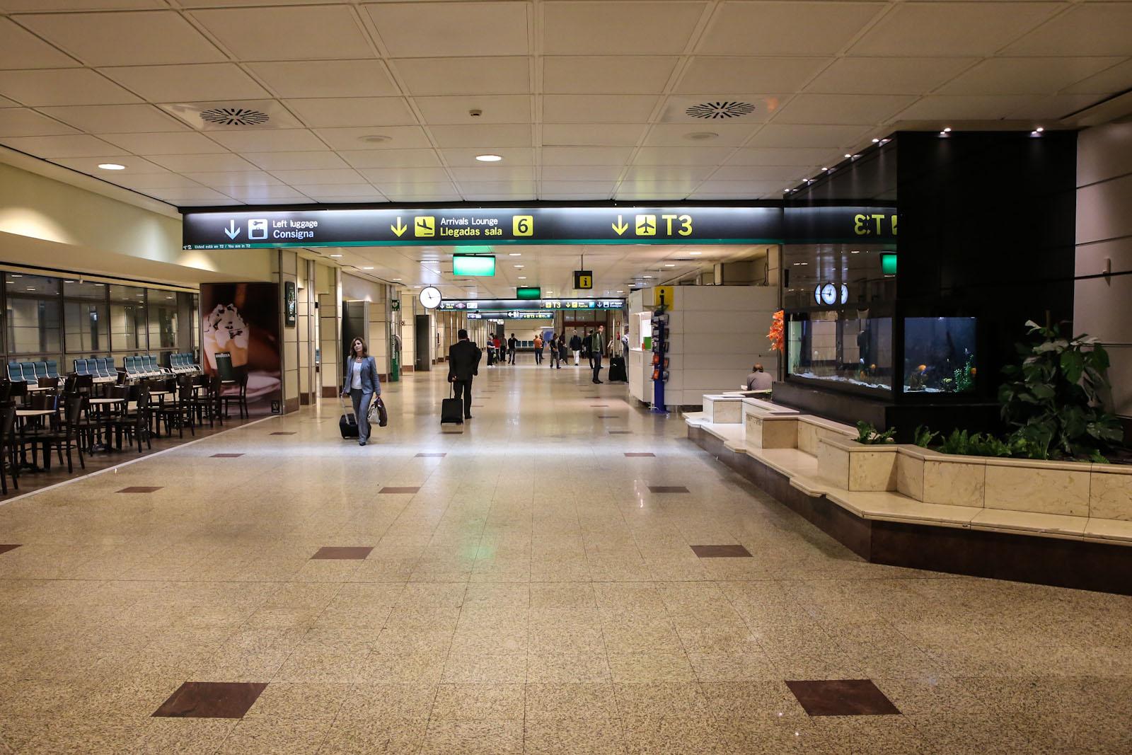 В зоне выдачи багажа в терминале Т2 аэропорта Мадрид Барахас