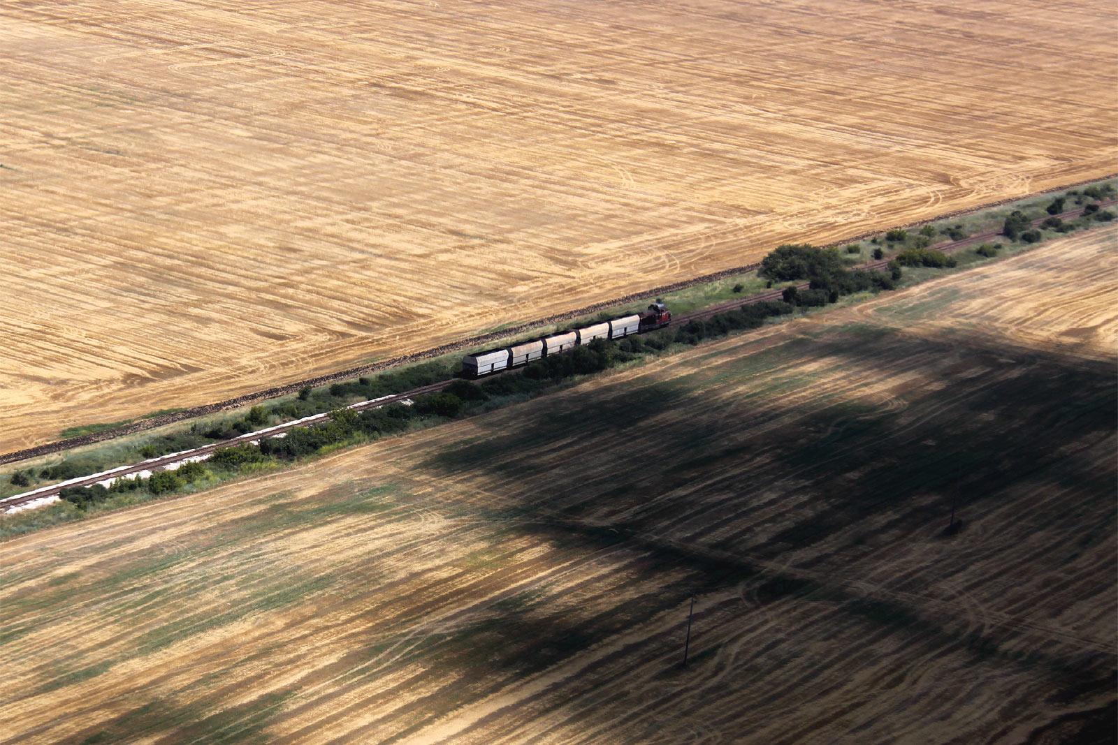 Товарный поезд возле города Бургас в Болгарии