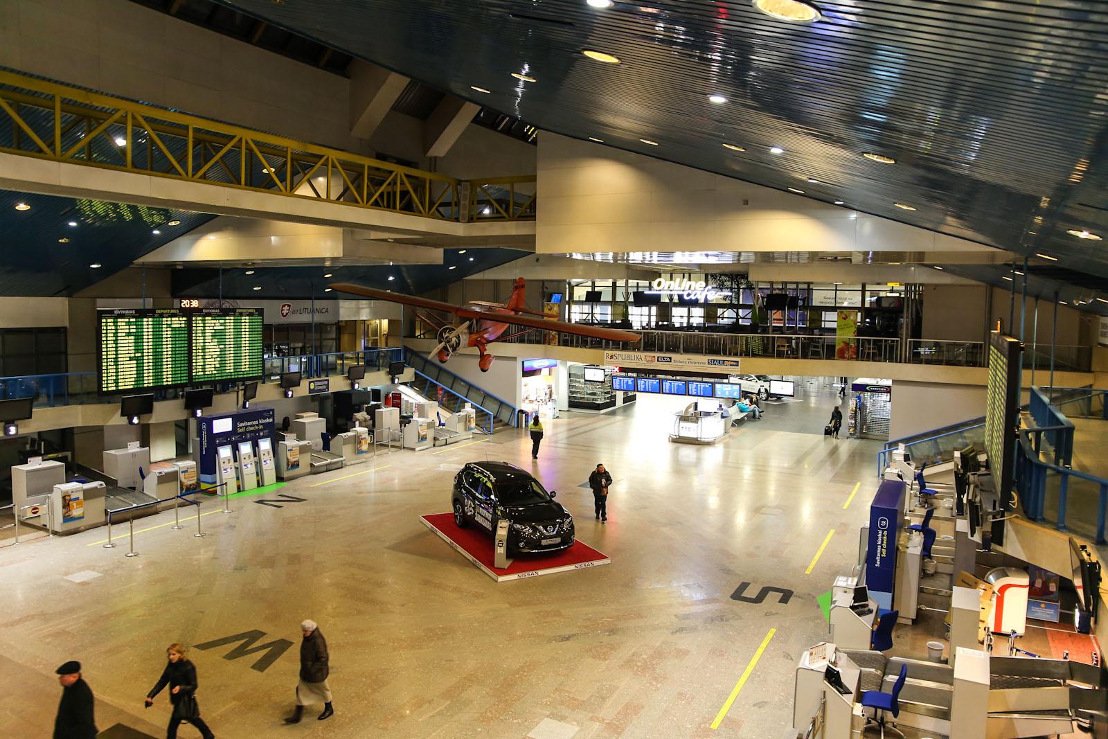Зал регистрации на вылетающие рейсы в аэропорту Вильнюс