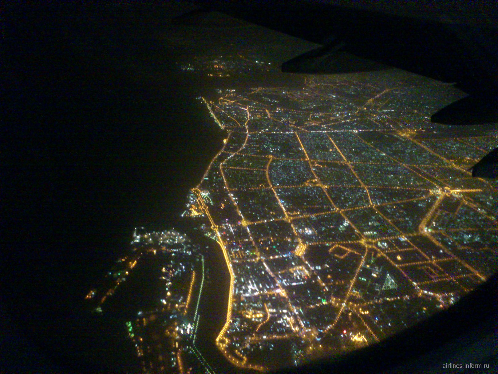Вид на ночной Дубай из самолета