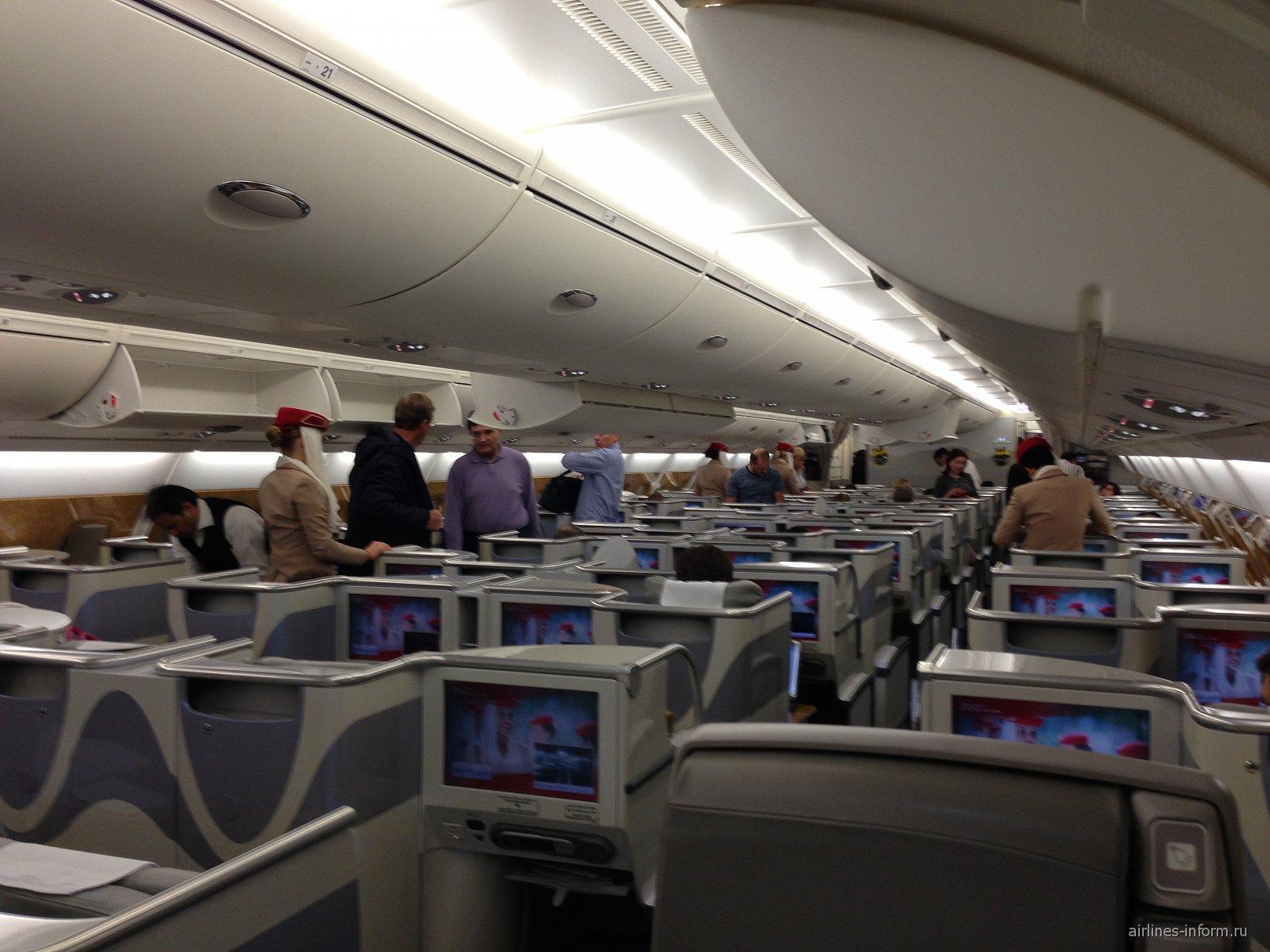 Салон бизнес-класса в самолете Airbus A380 авиакомпании Emirates