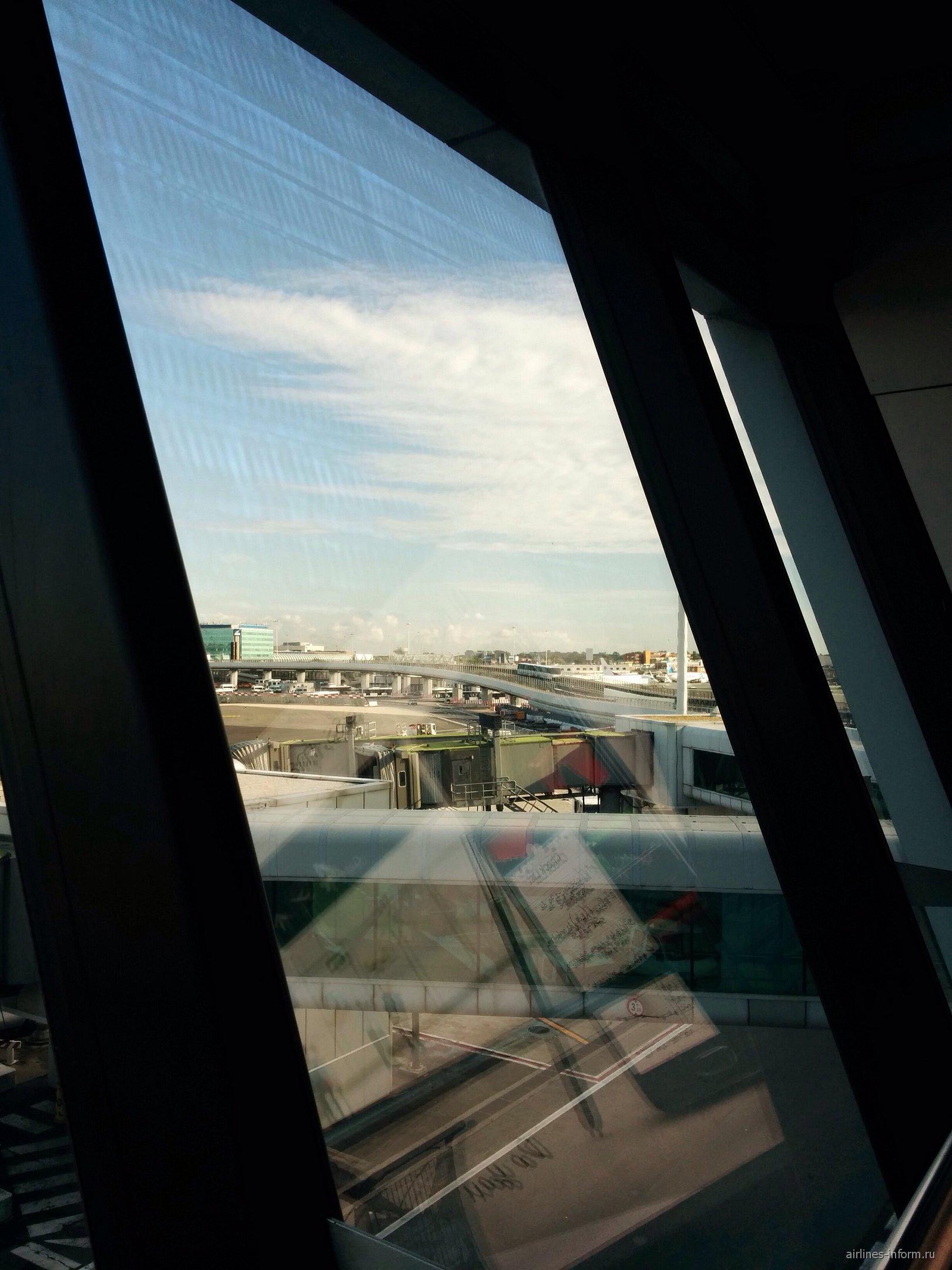 От терминала до терминала везет поезд.