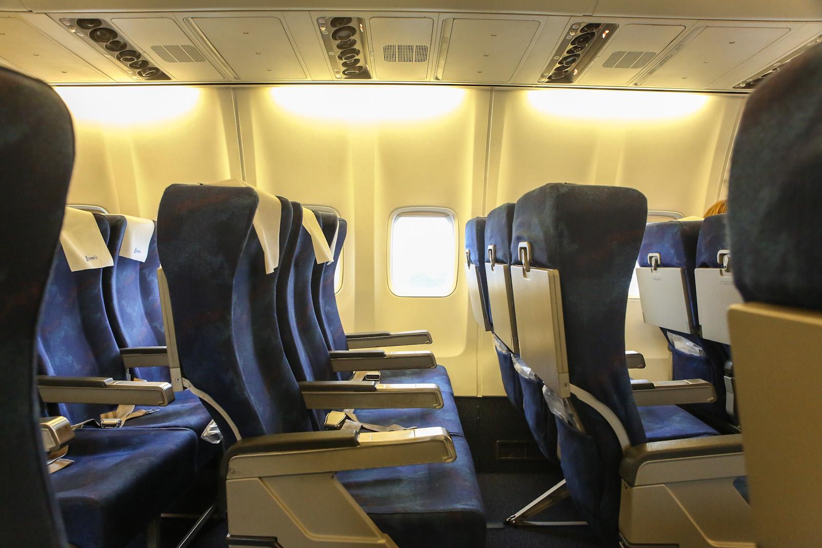 Пассажирские кресла в самолете Боинг-737-300 авиакомпании TAROM