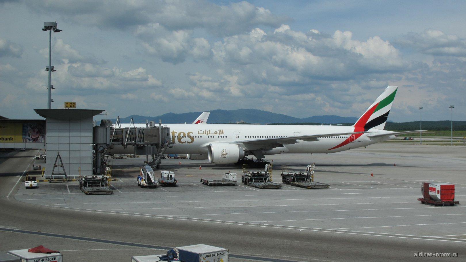 Боинг-777-300 авиакомпании Эмирейтс в аэропорту Куала-Лумпур