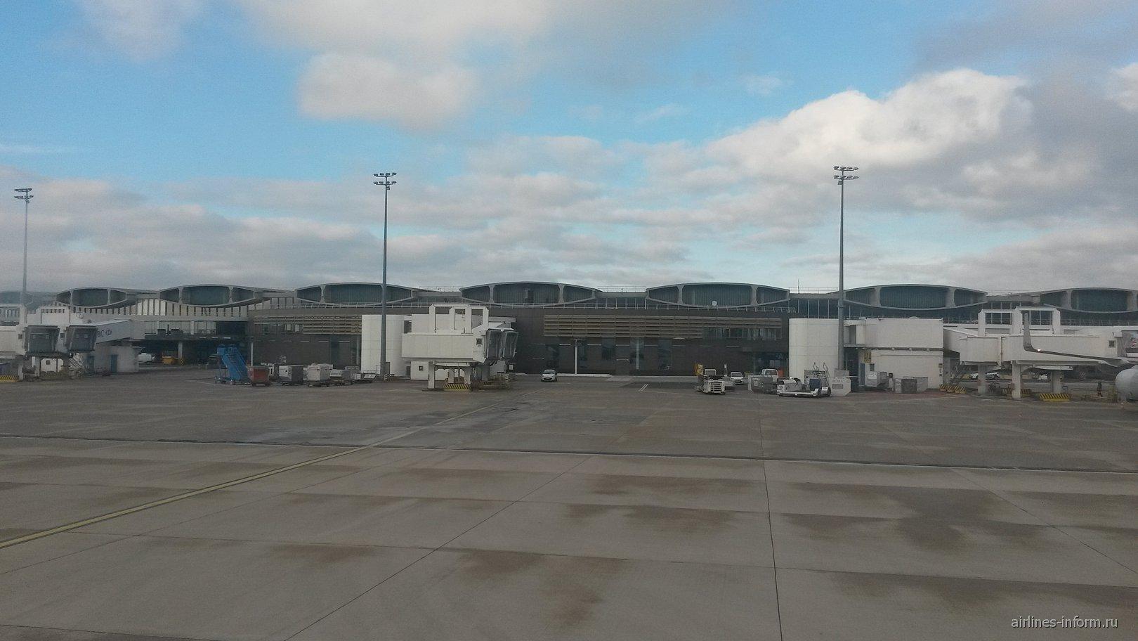 Терминал 2 аэропорта Париж Шарь-де-Голль со стороны перрона