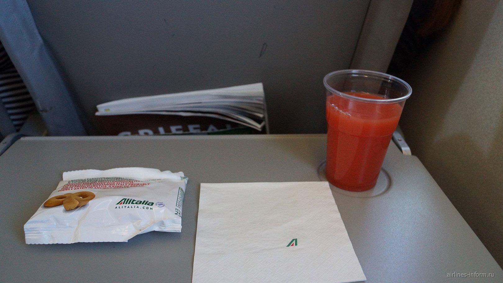 Снеки и сок для пассажиров на рейсе Бари-Рим авиакомпании Alitalia