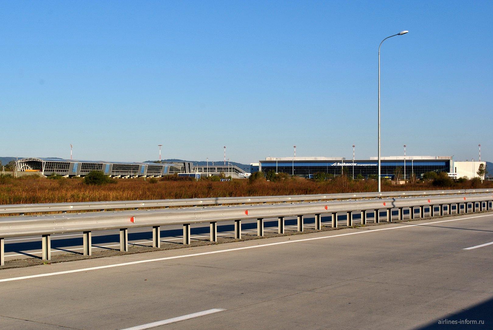 Вид на аэровокзал аэропорта Владивосток и терминал аэроэкспресса