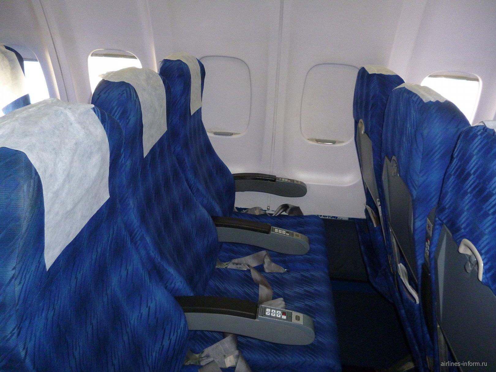 Кресла эконом-класса в самолете Ту-204-300 авиакомпании Владивосток Авиа