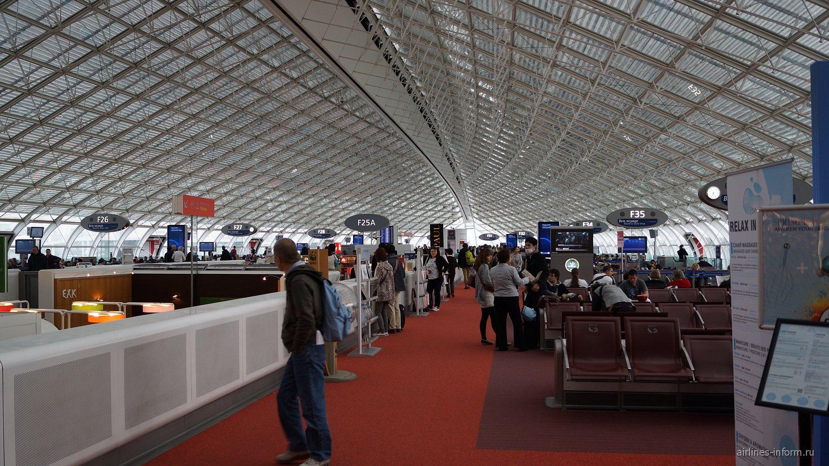 Зал ожидания в терминале 2F аэропорта Париж Шарль-Де-Голль
