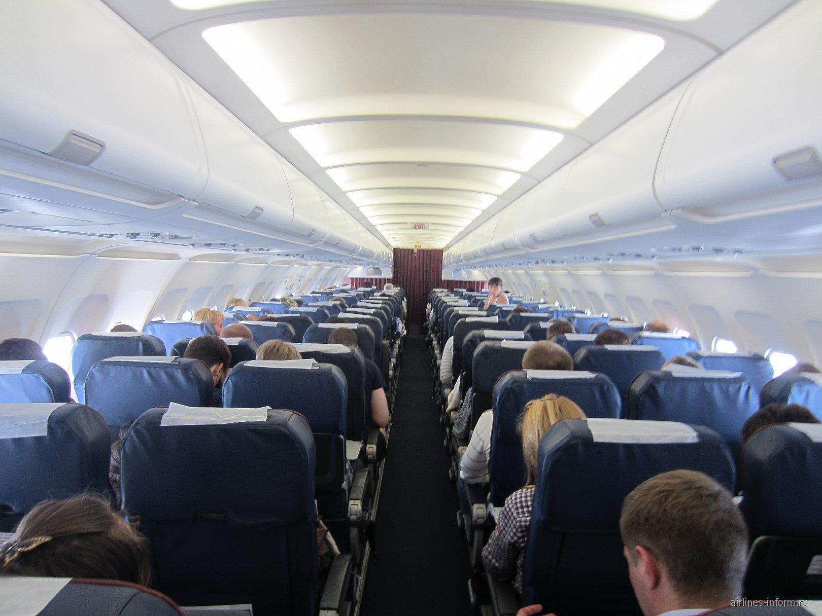 Салон самолета Airbus A320 Уральских авиалиний