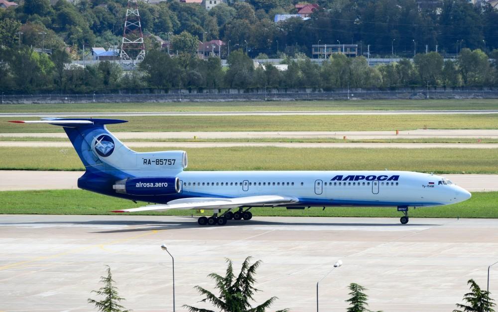 """Самолет Ту-154 RA-85757 в новой окраске авиакомпании """"Алроса"""" в аэропорту Сочи"""