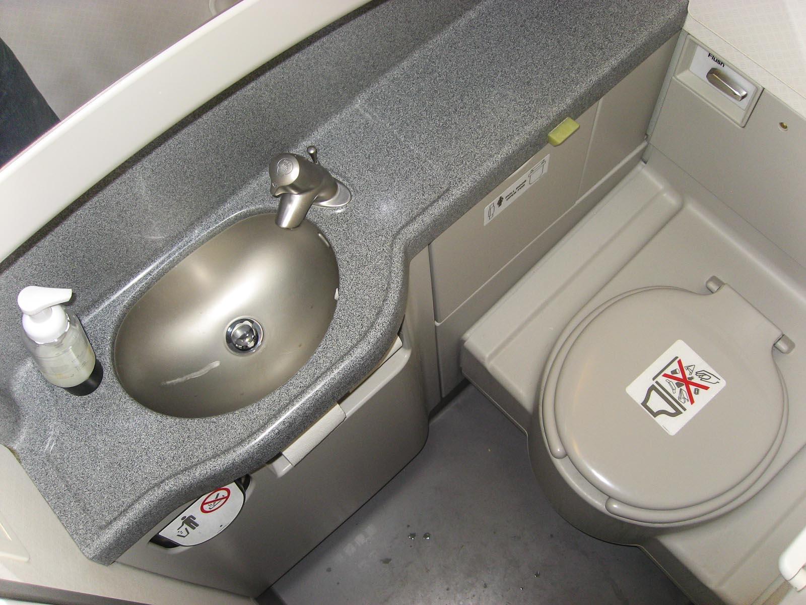 Туалет в самолете Боинг-757 авиакомпании Icelandair