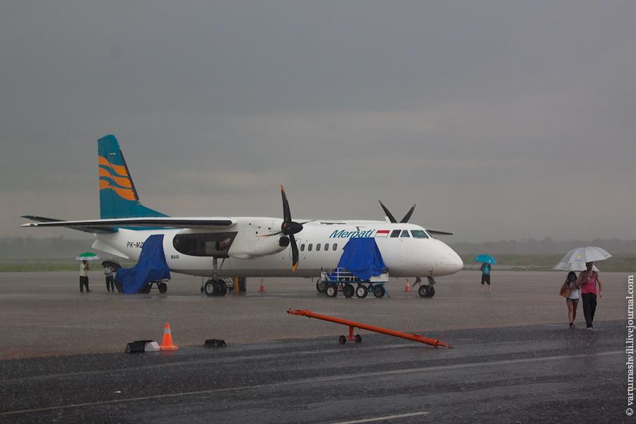 Самолет МА-60 авиакомпании Merpati Nusantara в аэропорту Ломбок