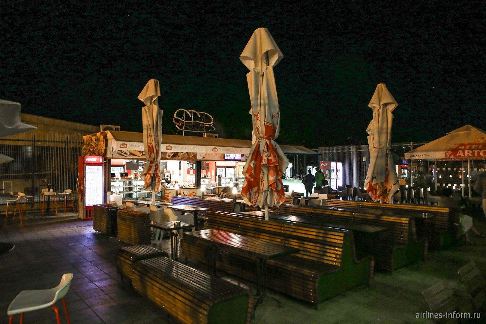 Уличное кафе в чистой зоне аэропорта Варна