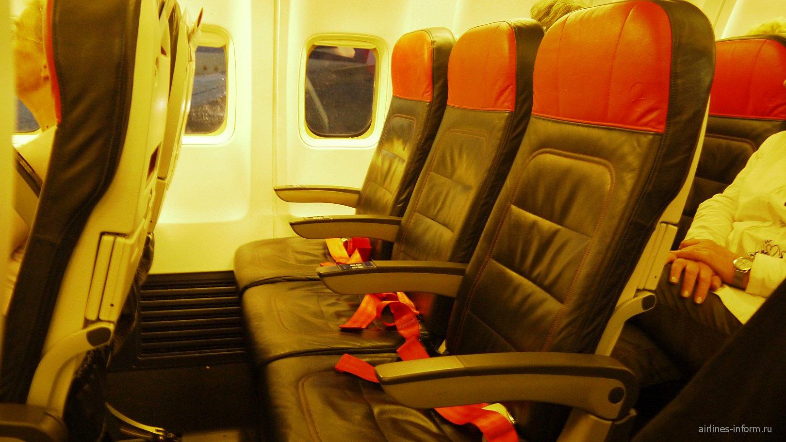 Пассажирские кресла в самолете Боинг-737-800 Турецких авиалиний