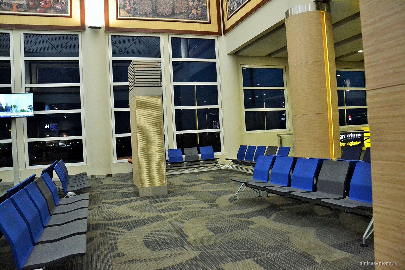 Зал ожидания вылета рейса в аэропорту Денпасар Нгура Рай