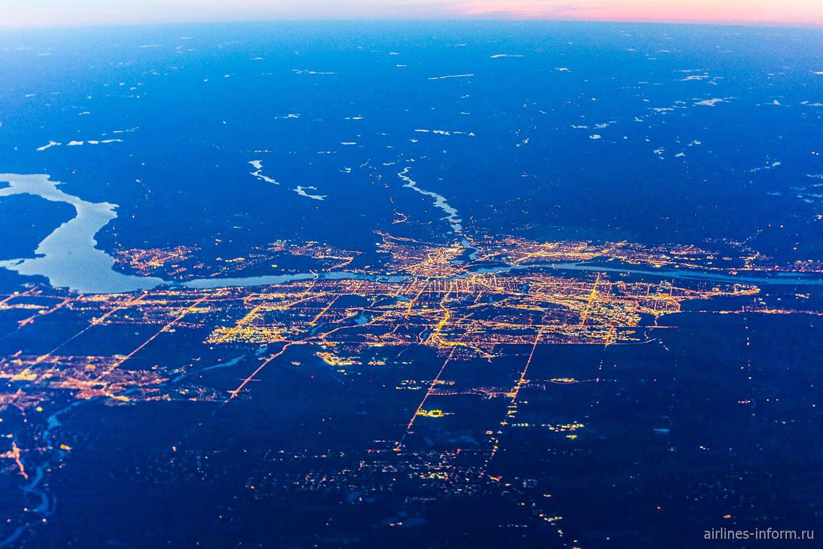 Вечерний вид из самолета на город Оттава
