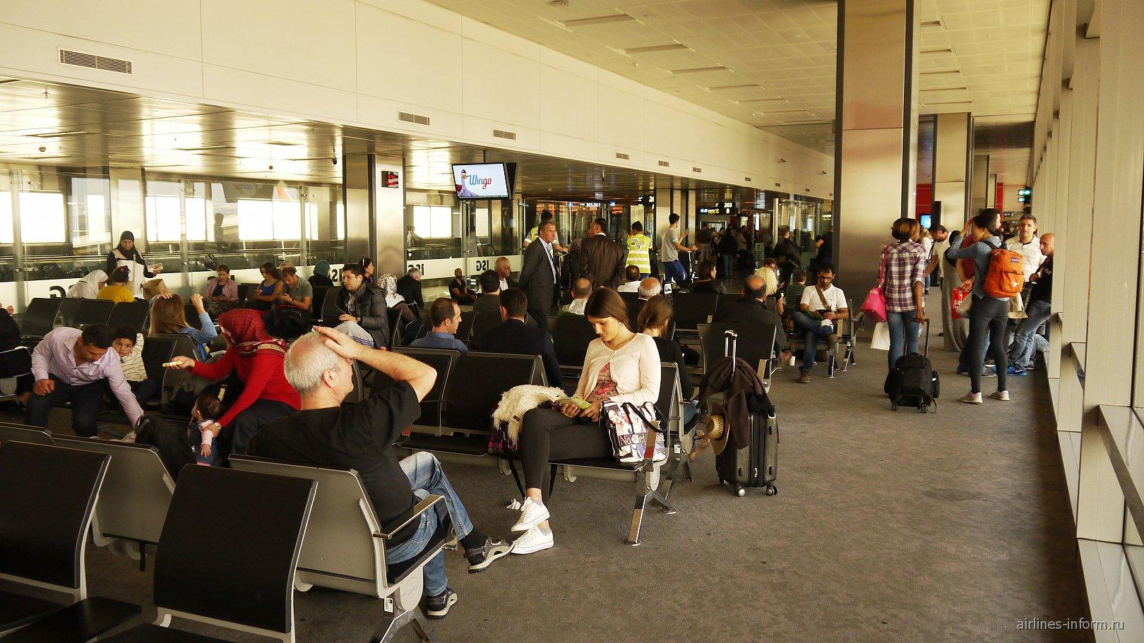 Зал ожидания в чистой зоне аэропорта Стамбул Сабиха Гёкчен