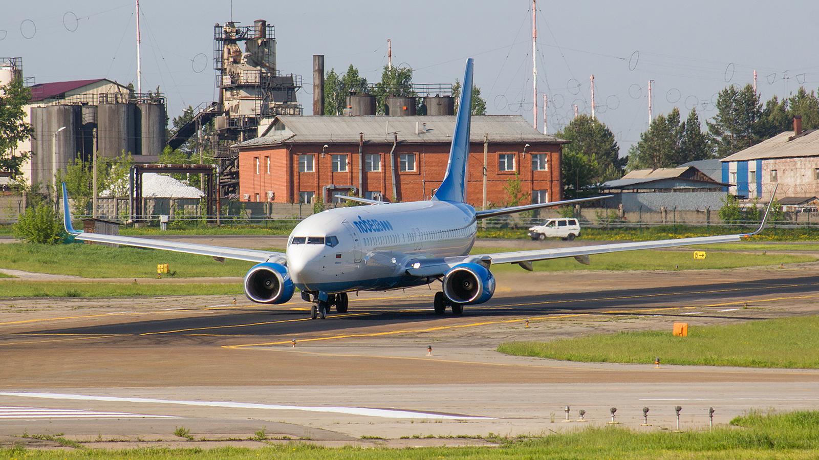 "Самолет Боинг-737-800 авиакомпании ""Победа"" в аэропорту Иркутска"
