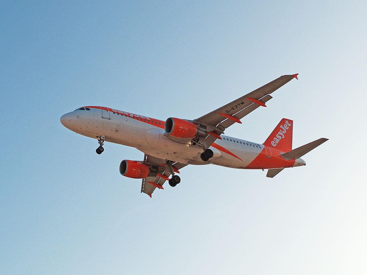 Airbus A320 авиакомпании easyJet Europe садится в аэропорту Марракеша