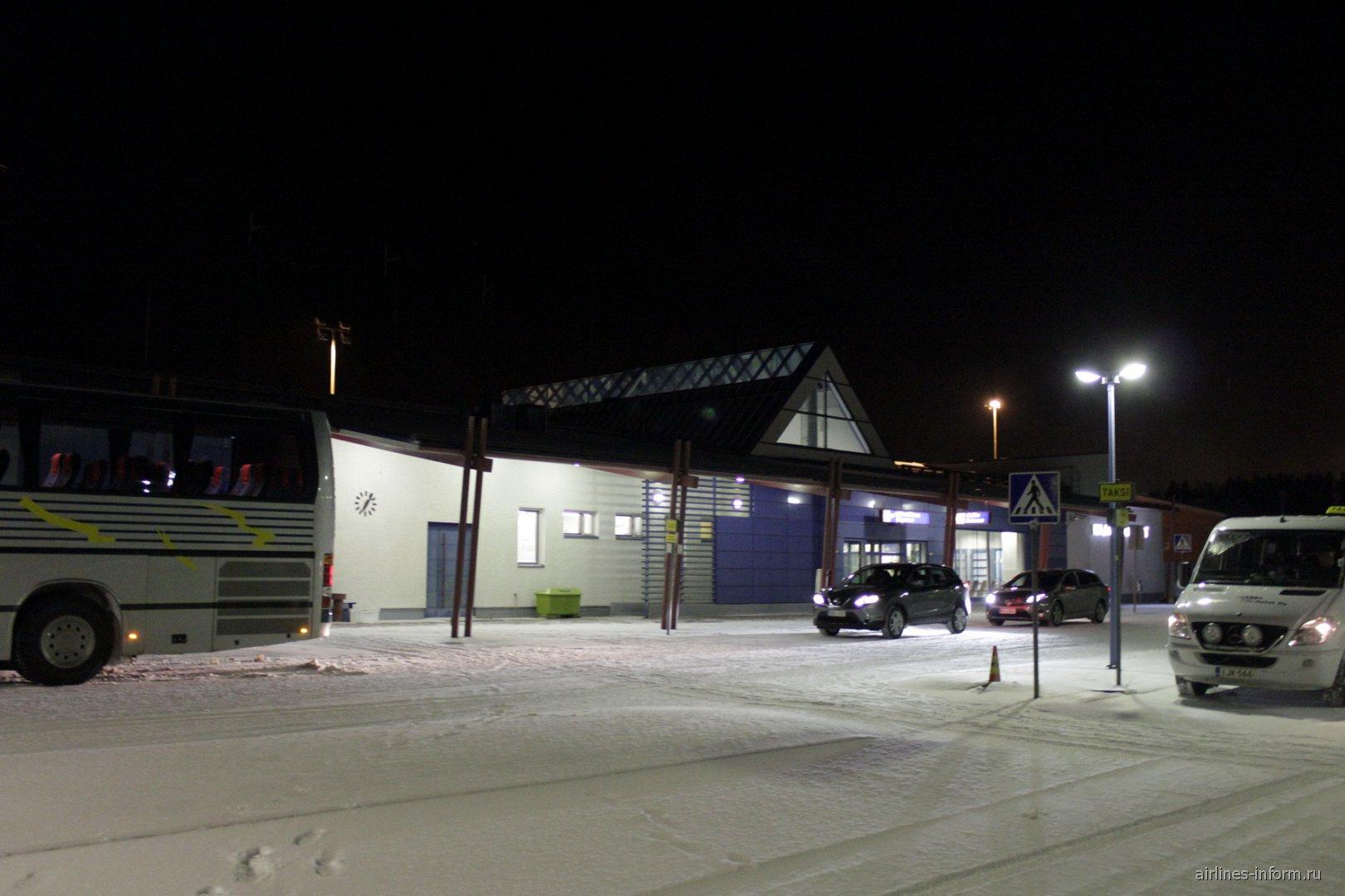 Пассажирский терминал аэропорта Каяни со стороны привокзальной площади