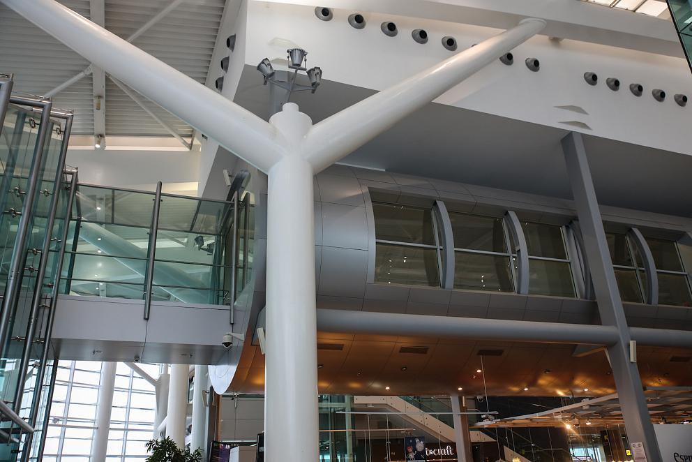 В пассажирском терминале аэропорта Бухарест Генри Коандэ