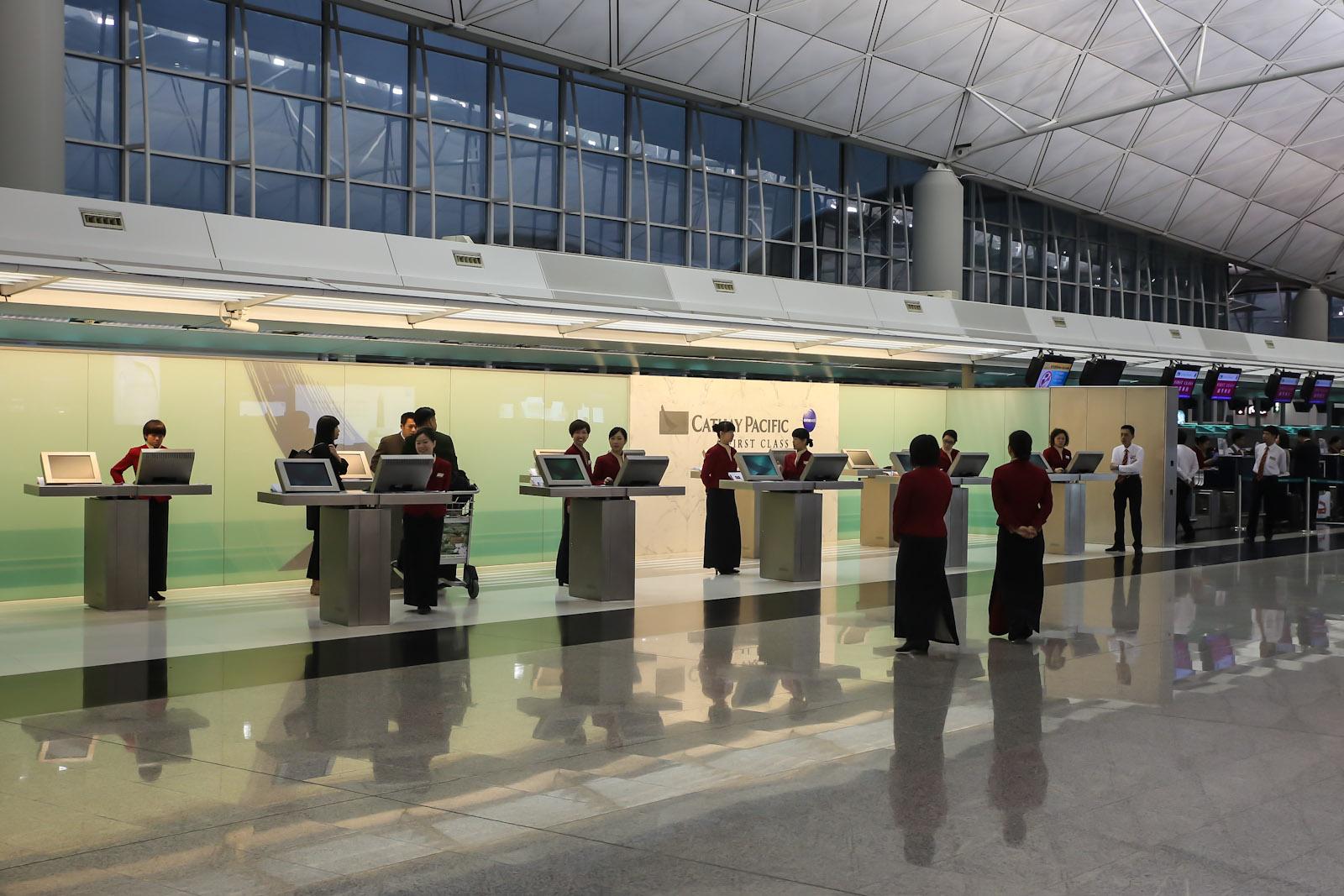 Стойки регистрация пассажиров первого класса авиакомпании Cathay Pacific в аэропорту Гонконг