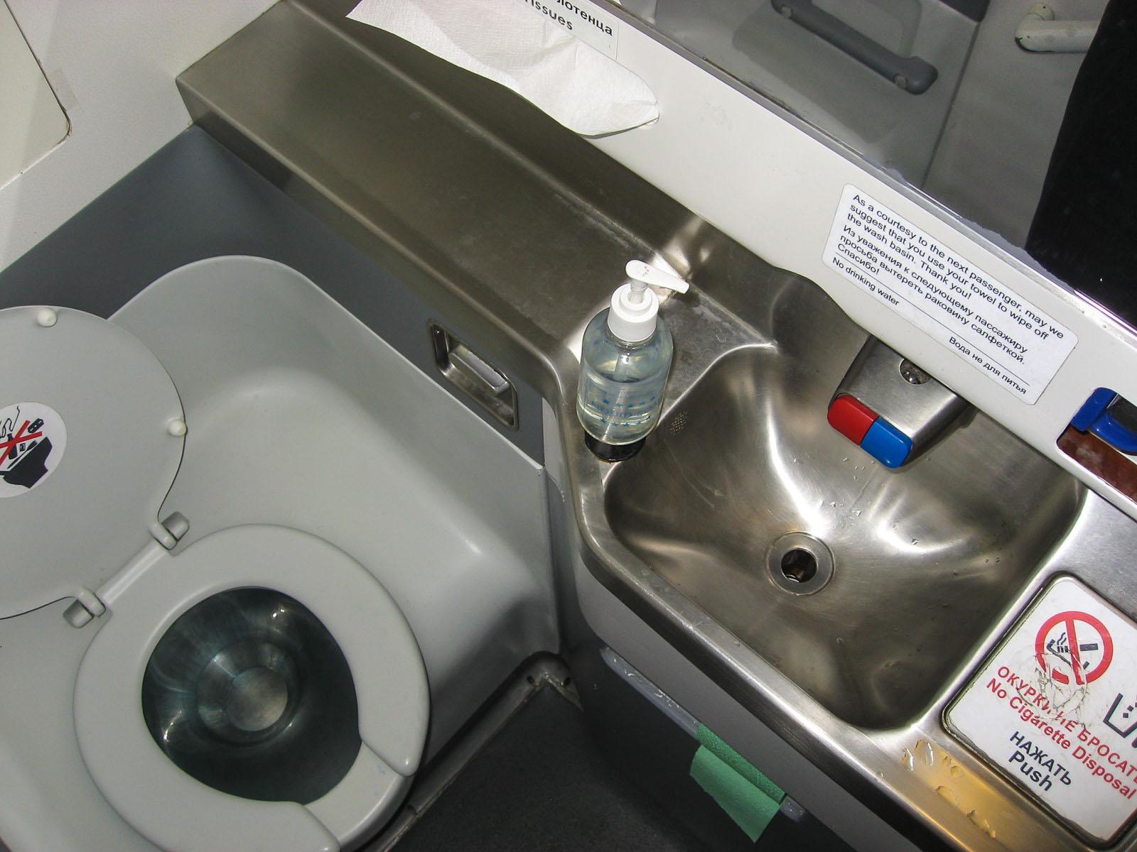 Туалет в самолете Боинг-737-500 авиакомпании ЮТэйр