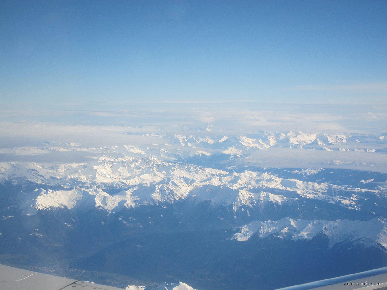 В полете над Альпами на востоке Франции