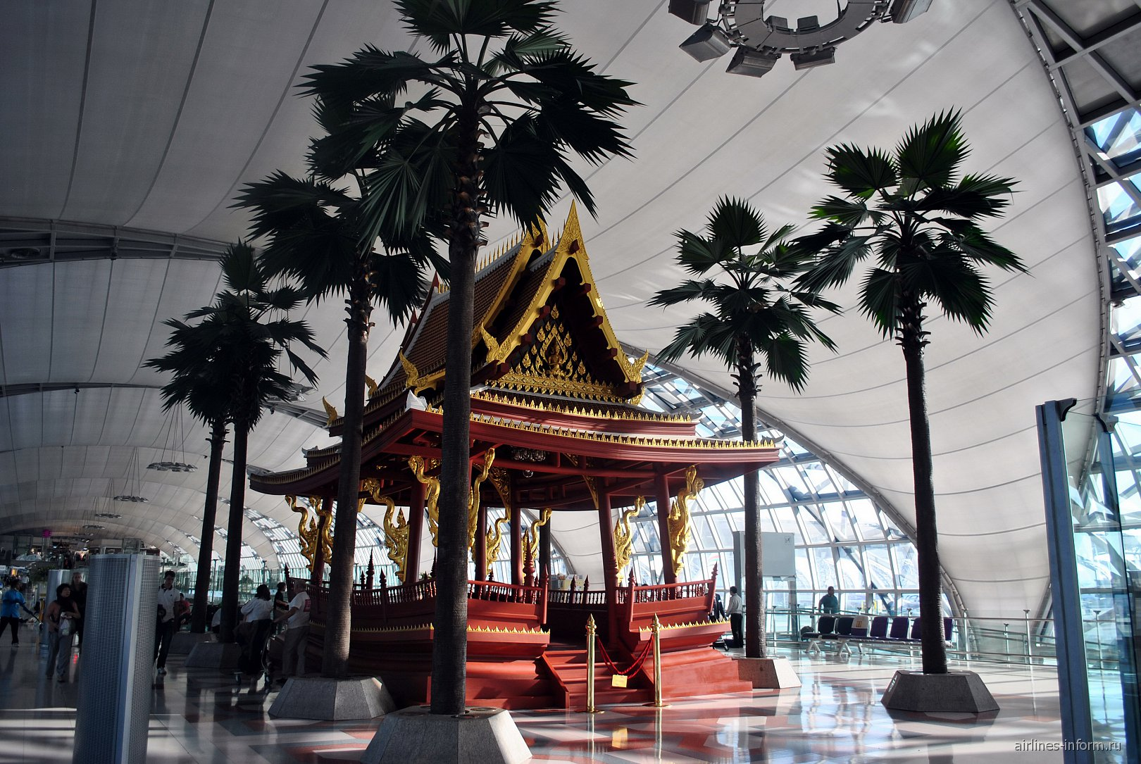 Инсталляция в виде буддистского храма в аэропорту Бангкок Суварнабуми