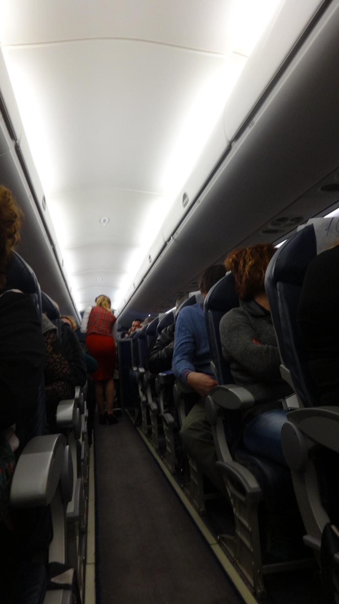 Салон самолета Embraer 190 авиакомпании Air Moldova