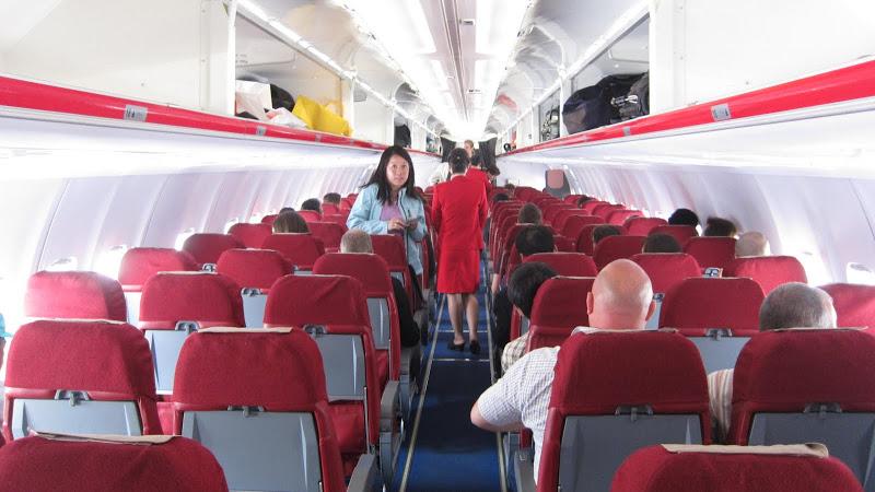 Пассажирский салон в самолете Ту-204-100 авиакомпании Air Koryo