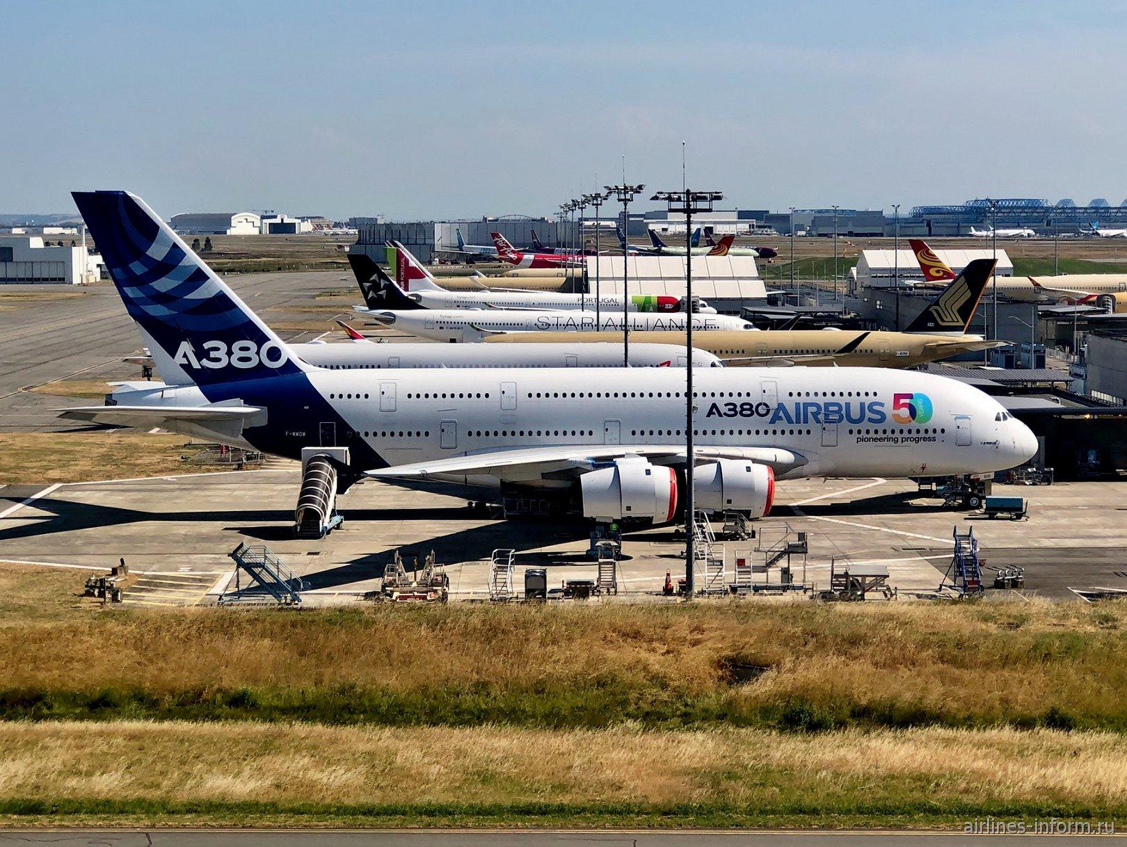 Самолет Airbus A380 на авиазаводе Airbus в Тулузе