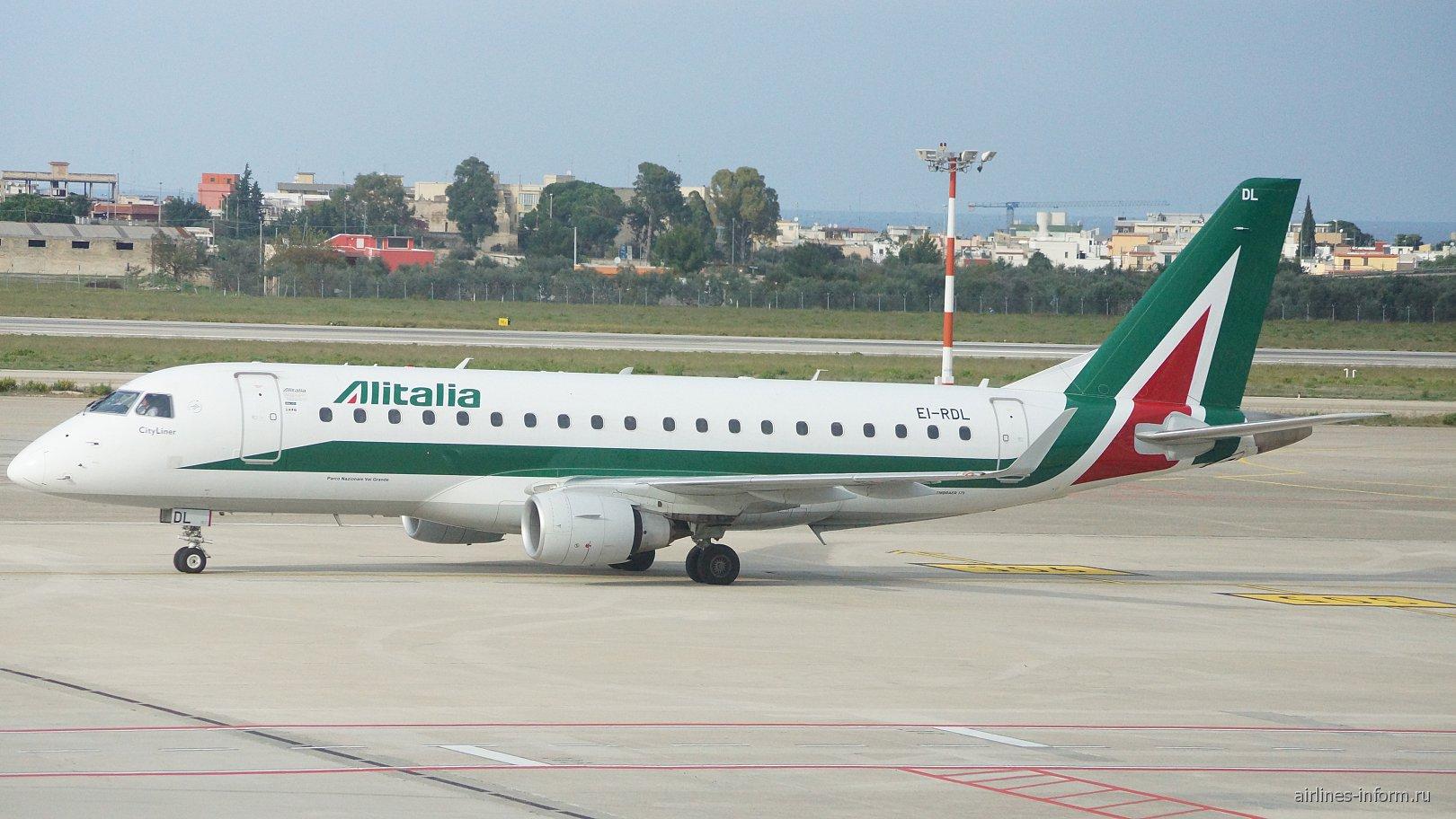 Самолет Embraer 175 EI-RDL авиакомпании Alitalia в аэропорту Бари