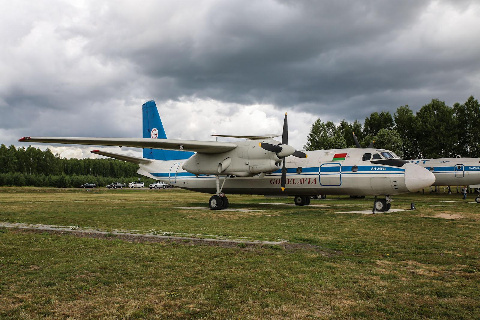 Самолет Ан-24 Гомельавиа на привокзальной площади в аэропорту Минска