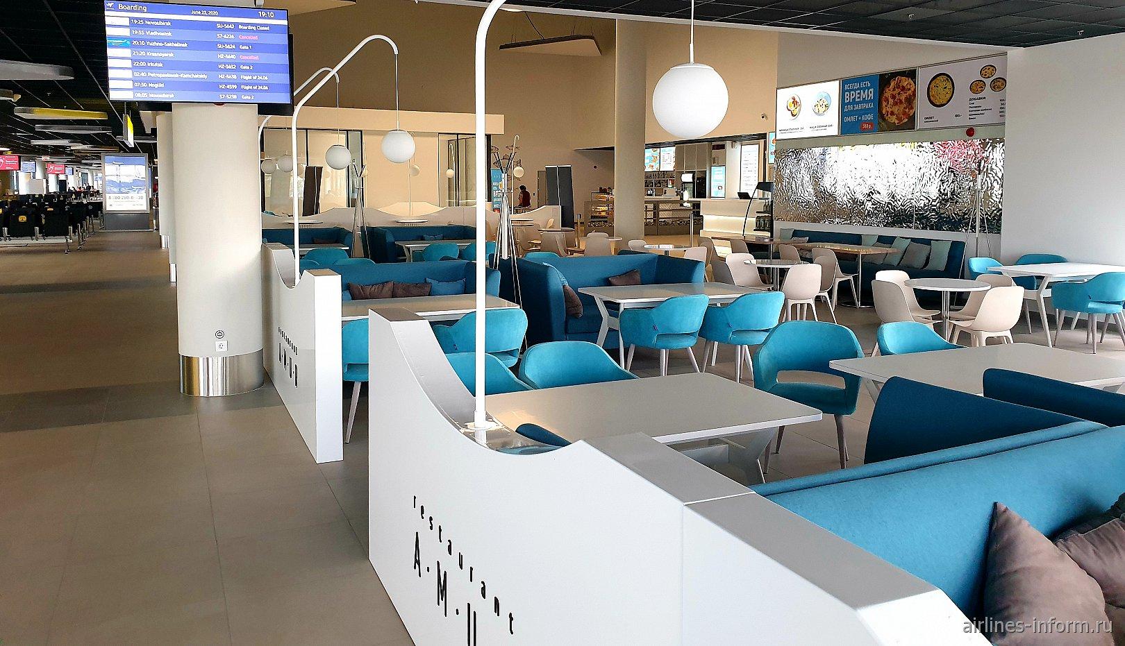 Фудкорт в новом терминале аэропорта Хабаровска