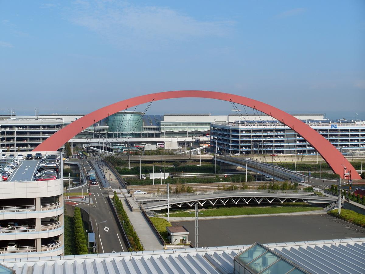 В аэропорту Токио Ханеда. На заднем плане международный терминал 2