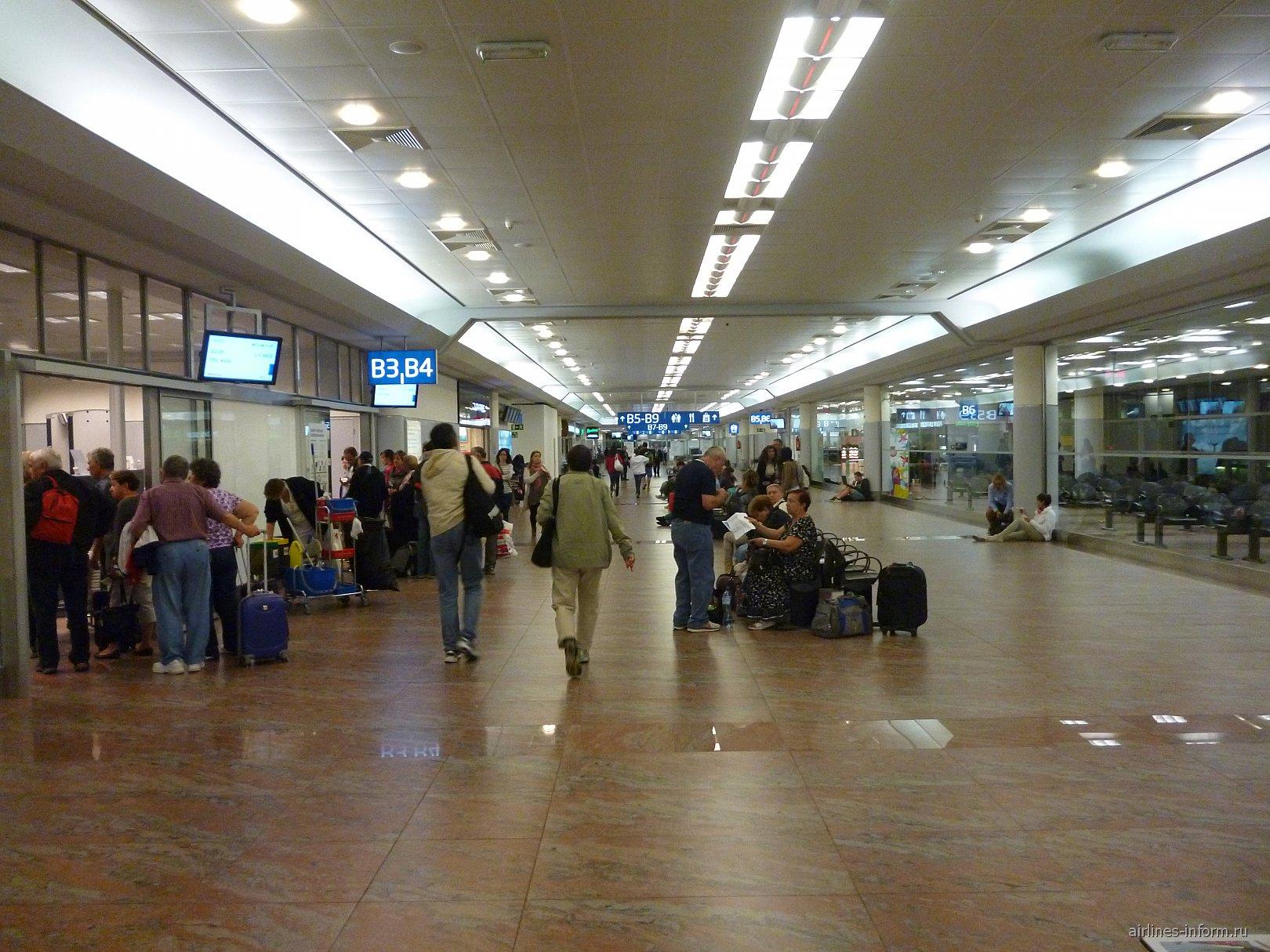 Внутри зоны B терминала 1 аэропорта Прага Рузине
